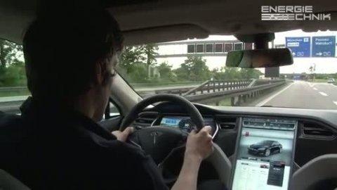 Mit dem Tesla S auf der Autobahn