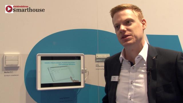 Am Stand von Hager auf der light+building 2016 präsentierte uns Fabian Müller, Marktmanager Wohnbau, das easy-System von Hager, mit dem intelligente Gebäudesteuerung leicht installiert und konfiguriert werden kann.