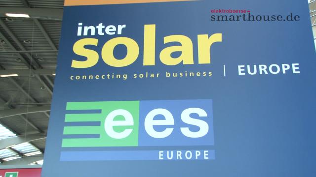 """Auf der Intersolar und ees Europe 2016 war eine neuerliche Aufbruchstimmung der Branche deutlich spürbar. Wir waren mit der Kamera in den Münchener Messehallen unterwegs und haben viele Stimmen zu den Topthemen """"Smart Renewable Energy"""" und Energiespeicher eingefangen."""